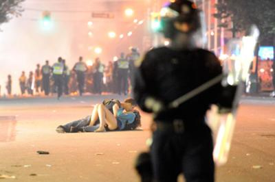 Couple kissing during the riot in Vancouver 2011
